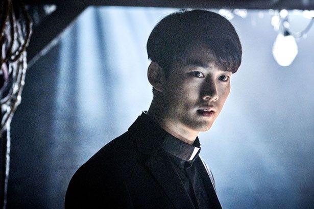 【写真を見る】『時間回廊の殺人』で、奇怪な事件を追う神父を演じた2PMのテギョン