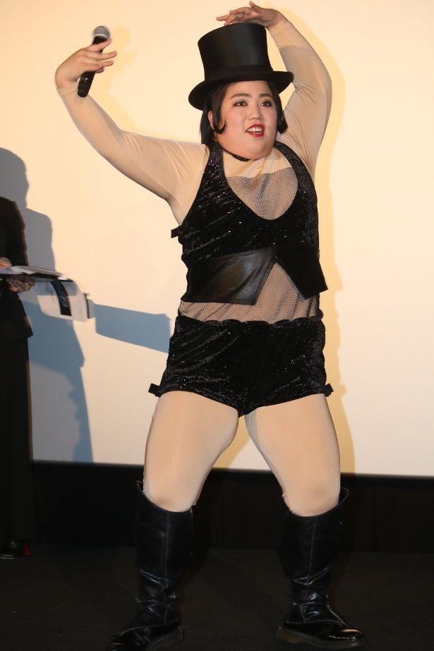 【写真を見る】ゆりやんレトリィバァのセクシー衣装とダンスにリュック・ベッソン監督が大ウケ