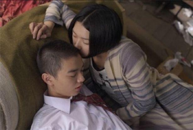 『パンドラの匣』(09)の染谷将太が演じる徹也の頭の匂いを嗅ぐユリ子