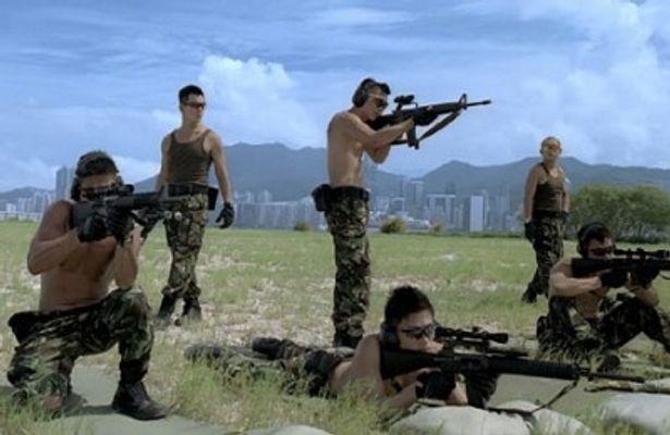 服を脱ぎ捨て、射撃の練習に励む男たち。惚れ惚れするほど逞しい肉体美だ!