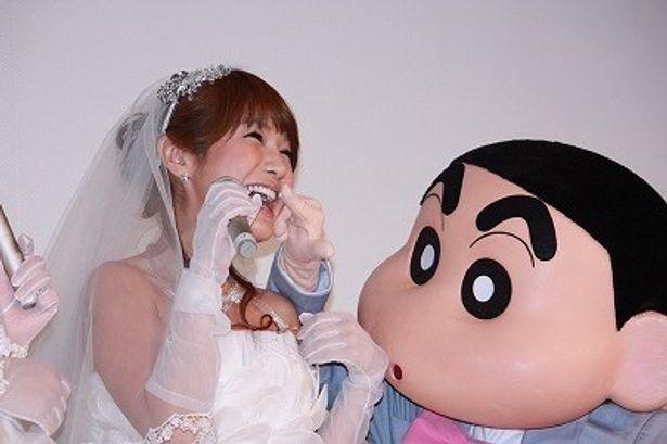 【写真】しんちゃんがいちばん好みだというはるな愛の口にケーキを!