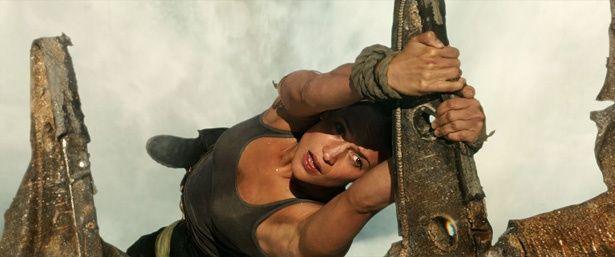 【写真を見る】滝に落ちる寸前、ララがオンボロの飛行機の翼をキャッチ!(『トゥームレイダー ファースト・ミッション』)