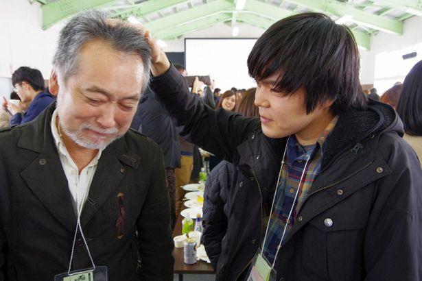 【写真を見る】グランプリを受賞した西口監督が、鳴瀬監督に襲撃された(?)瀬々監督を慰める!