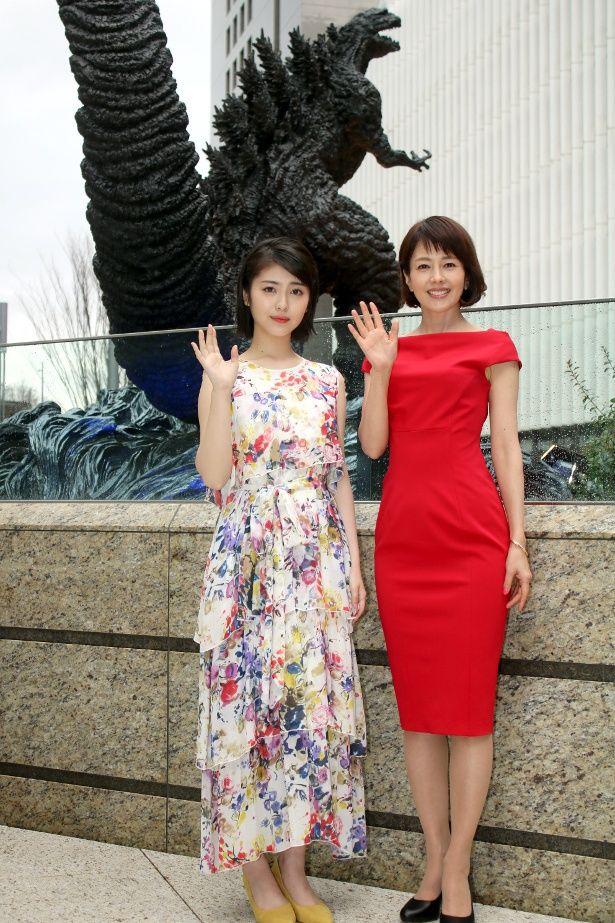 新ゴジラ像の除幕式に登壇した沢口靖子と浜辺美波