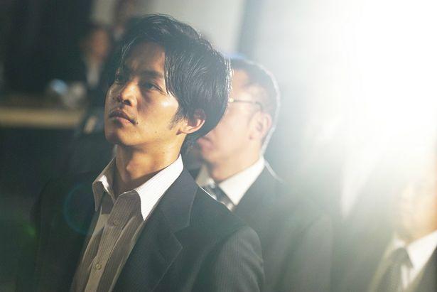 『孤狼の血』から松坂桃李演じる日岡秀一の場面写真が到着!
