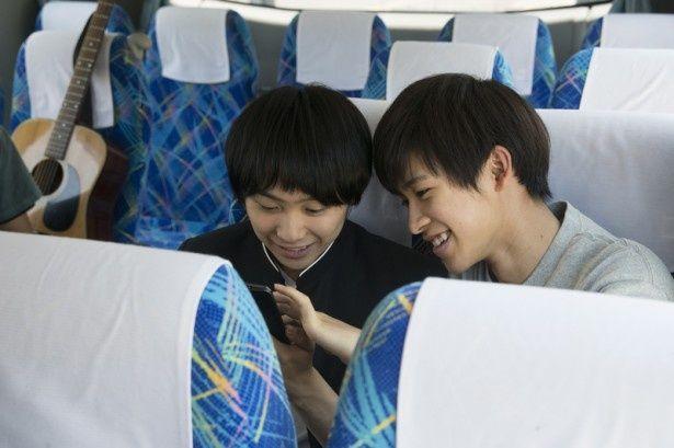 【写真を見る】阪本一樹と須賀健太の自然体の演技が光るバスの中のシーン