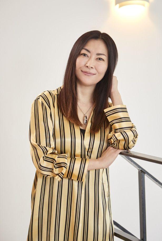 中山美穂は、10年前に殺されたミステリー作家・嶋野泉水役を熱演!