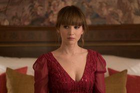 大胆な胸元のドレスにセクシーな水着…ジェニファー・ローレンスの色気に悩殺!