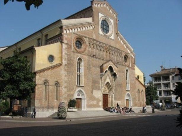 サンタマリアマッジョーレ教会。1300年代に建てられたドゥオーモ(=大聖堂)は建築物としても重要