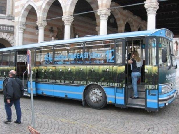 【写真】バスの窓にはファー・イースト・フィルム・フェスティバルの宣伝が!