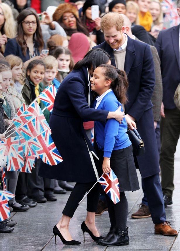 【写真を見る】いまや英国民の憧れの存在!熱狂的な歓迎を受けるメーガン