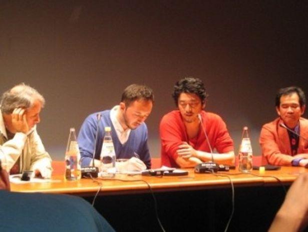 プレゼンテータの質問に答える榊英雄監督(右から2番目)