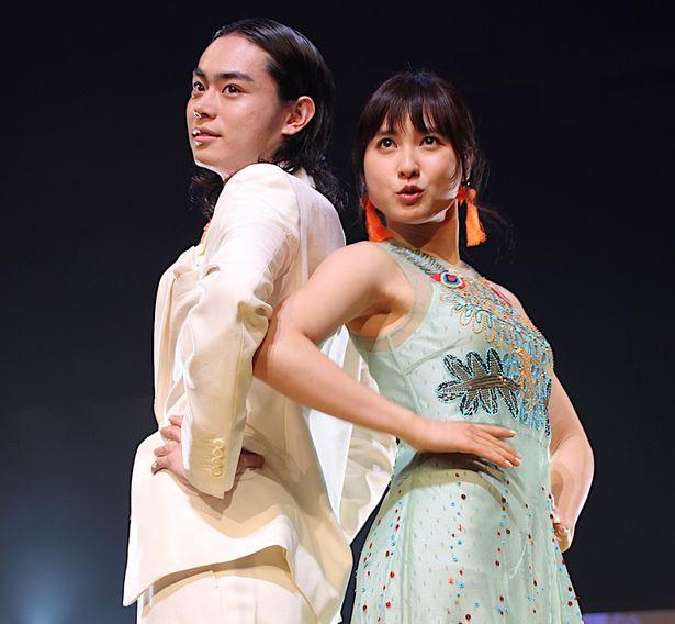 菅田将暉&土屋太鳳が春ファッションでランウェイに登場!