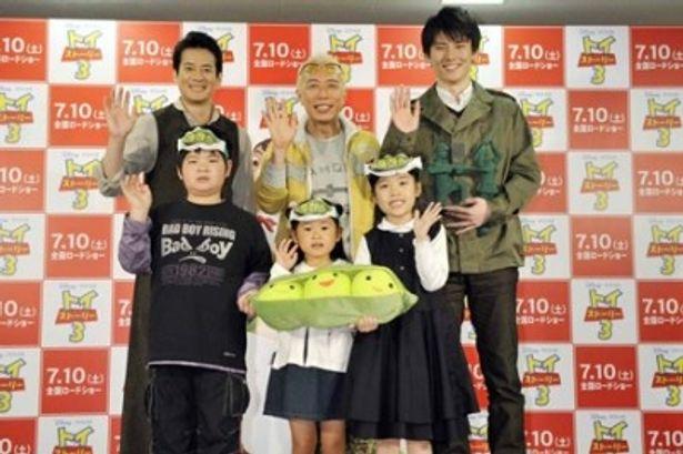 映画「トイ・ストーリー3」の声優発表会に登場した唐沢寿明、所ジョージ、綿鍋想(上段左より)、松本航輝、大谷咲葵、古口貴子(下段左より)