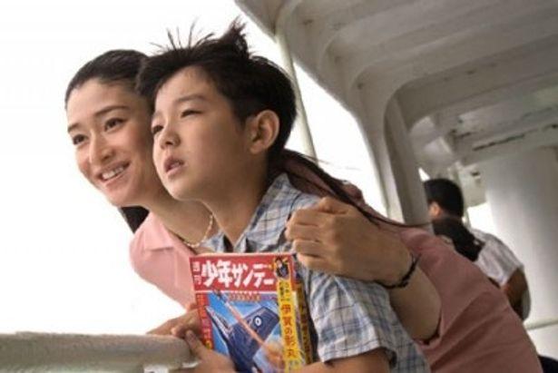 息子と共に故郷の福岡県に戻ってきた美智代。小雪の笑顔が輝かしい