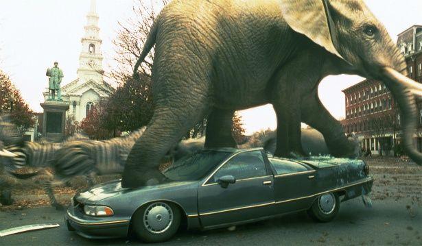 【写真を見る】ゾウが車を踏みつける!『ジュマンジ』のCMがインパクト大