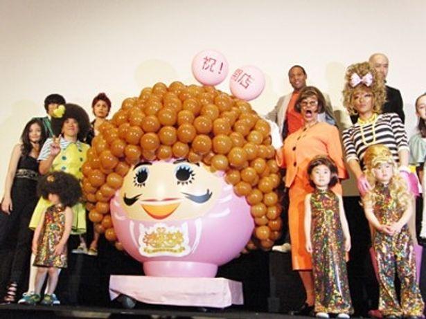 映画「矢島美容室 THE MOVIE 夢をつかまネバタ」の初日舞台あいさつに登場したキャスト陣