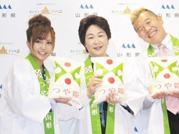 「おいしい山形プラザ」の1周年記念イベントに出席した佐藤唯、吉村美栄子山形県知事、ウド鈴木(左から)