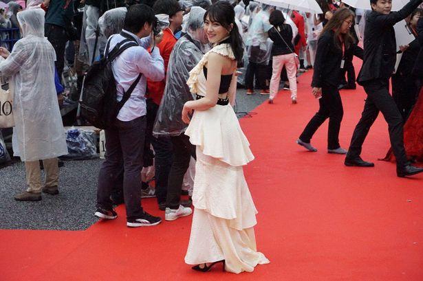 背中が見えるデザインのドレスがセクシーな知英