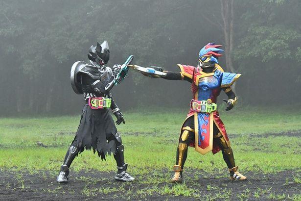 パラドクスは、パラドそっくりなバグスターが変身した仮面ライダーアナザーパラドクス(左)との勝負に挑む(『パラドクスwithポッピー』)