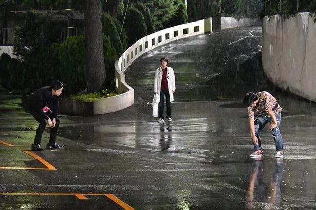 TVシリーズでも雨中で戦いを繰り広げた黎斗(右)と貴利矢。2人の決着は…!?(『ゲンムVSレーザー』)
