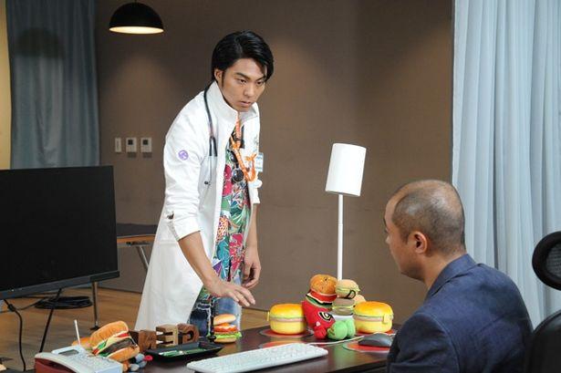 貴利矢役の小野塚勇人は先日、恋役の小手伸也と共に「コンフィデンスマンJP」に出演し、SNSなどで話題に(『パラドクスwithポッピー)
