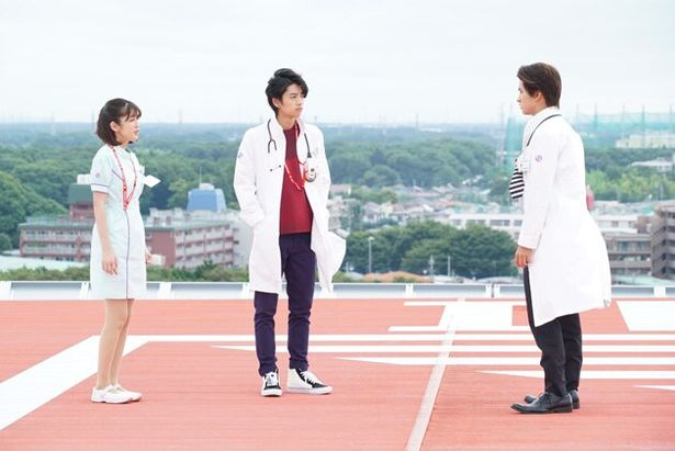 【写真を見る】TV放送スタート時は、かけ出しの研修医だった永夢(中央)も、戦いを通じて大きく成長(『ブレイブ&スナイプ』)