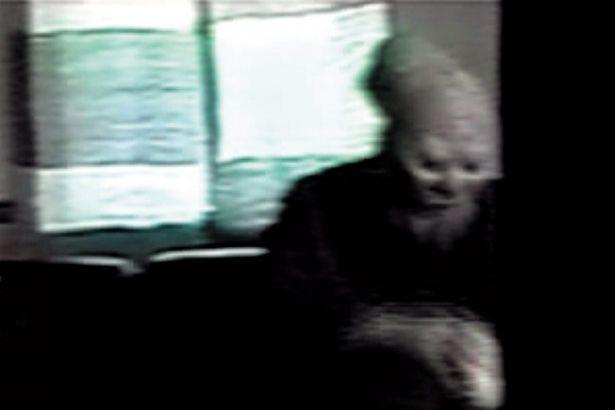 【写真を見る】「ほん呪」BEST10全場面カットを大放出!とても人間とは思えない奇異な特徴をした老人が映ってしまった「頭のおかしい老人」(14巻に収録)