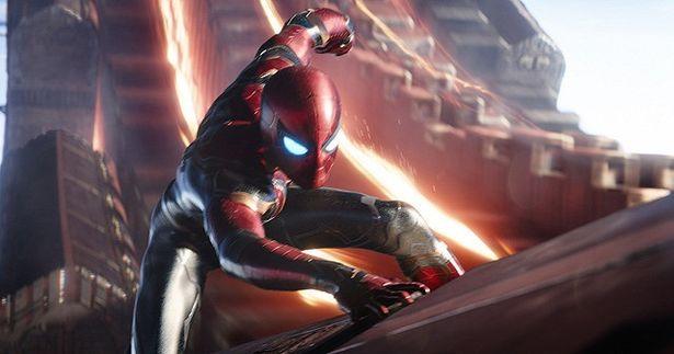 【写真を見る】新スーツに身を包んだスパイダーマンがお目見え!