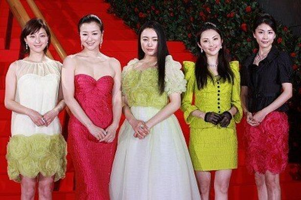 『FLOWERS フラワーズ』に出演した鈴木京香、竹内結子、田中麗奈、仲間由紀恵、広末涼子らがドレス姿で登場
