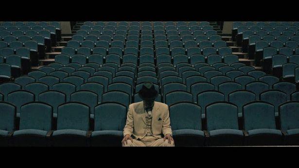 劇場の席に座る死体は若き富豪で、その親友の依頼で5人の探偵は犯人を突き止めようとする
