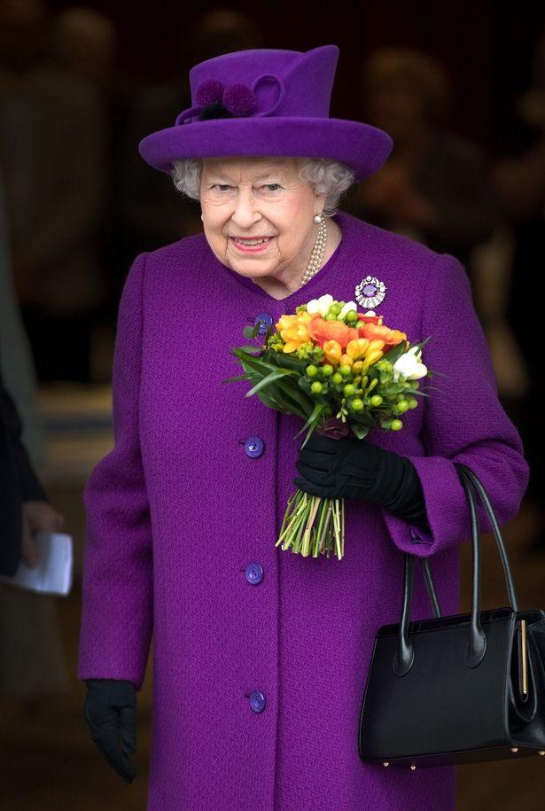 エリザベス女王がヘリコプターで宮殿へ