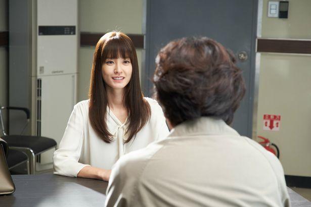 『新感染』で妊娠中の女性ソンギョンを演じたチョン・ユミがドSなホン常務を熱演