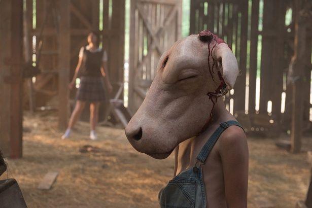 頭から牛の皮を被るというエキセントリックすぎる5歳児。のちに、殺人鬼・レザーフェイスへ変貌を遂げる…!