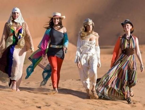 斬新でゴージャスなリゾートファッションにくぎ付け!左から・サマンサ、シャーロット、キャリー、ミランダ
