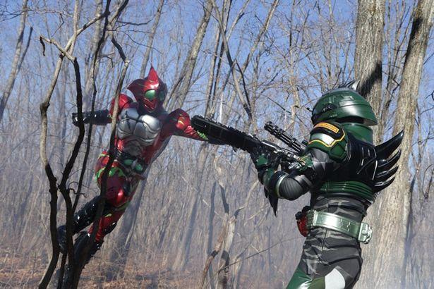仮面ライダーアマゾンアルファ(左)が襲い掛かっている相手は、果たして何者!?