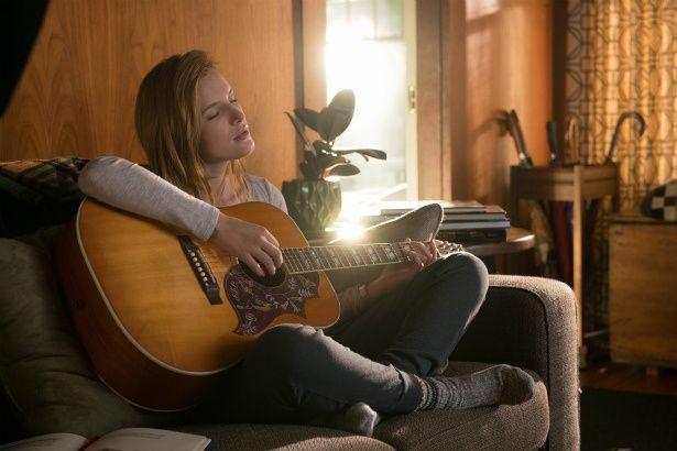 ケイティの楽しみは、ギターを弾きながら歌を歌うこと
