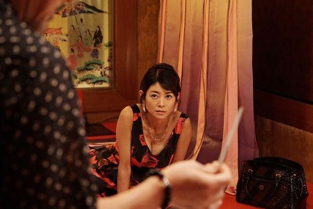 【写真を見る】身体を張って、揺るがぬ意志を持つ里佳子を好演。大ぶりな花柄ドレス姿もセクシー!
