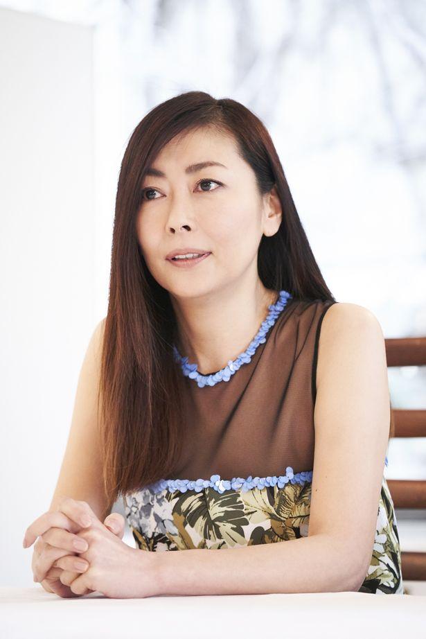 遺伝性のアルツハイマー病に侵された小説家・松村涼子役を演じた中山美穂
