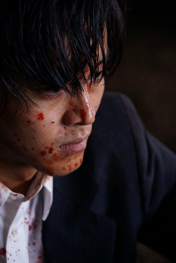 血しぶきを浴びた日岡(松坂桃李)の鬼気迫る表情にドキリ