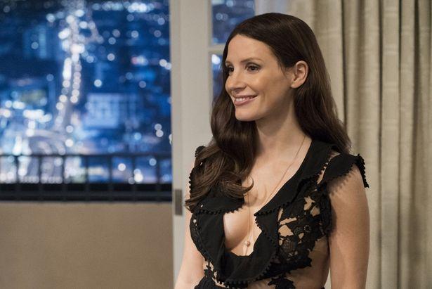 【写真を見る】モリーはファッションセンスも抜群!透け感のある黒レースのドレスが眩しい