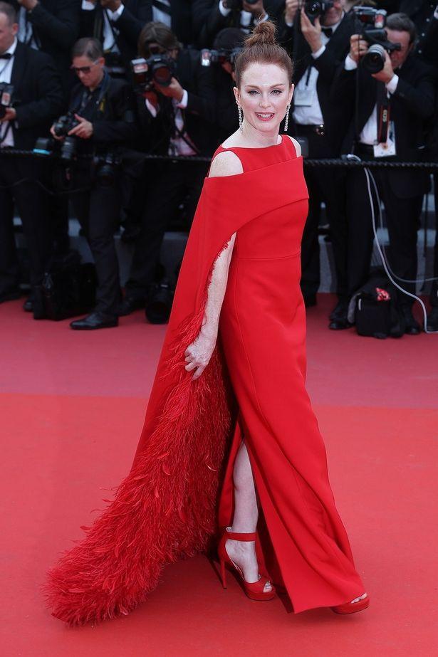 【写真を見る】真っ赤なドレスが白い肌に映える!57歳に見えない美しさのジュリアン・ムーア