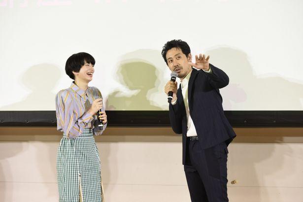 【写真を見る】北海道が生んだスター・大泉洋のおもしろ講義に、小松菜奈も口を開けての大爆笑!