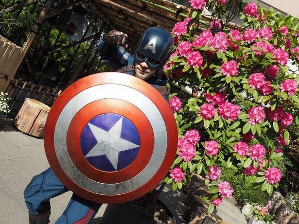 【写真を見る】朝焼けの光の中に立つ影は…アイアンマン&キャプテン・アメリカ!奇想天外なフォトストーリーをチェック