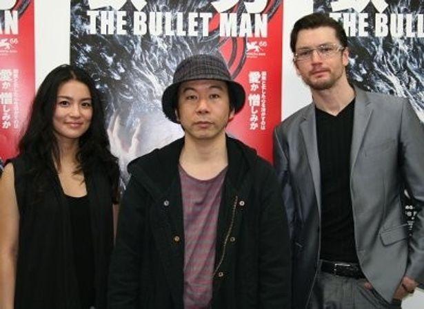 長い撮影中にはクリスマスパーティも花見もした塚本ファミリー。左から、桃生亜希子、塚本晋也監督、エリック・ボシック
