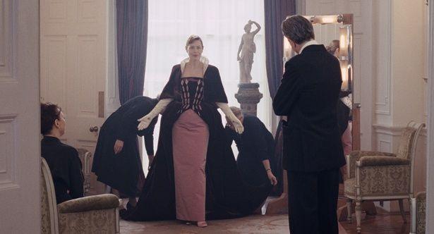 【写真を見る】スケッチ画からメイキングカットまで、心トキめく絢爛豪華なドレスの数々!