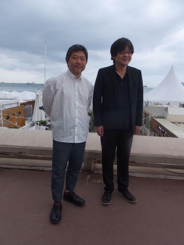 【写真を見る】互いへのリスペクトが感じられる細田監督と是枝監督、リラックスした表情!
