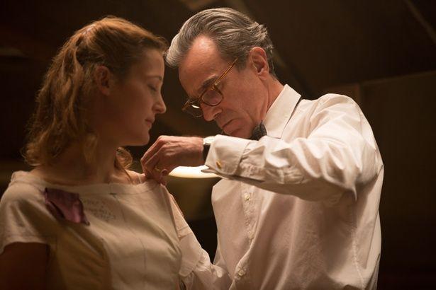 天才仕立て屋・レイノルズと年若い彼のミューズ・アルマとの狂気にも思える愛を音楽が彩る(『ファントム・スレッド』)