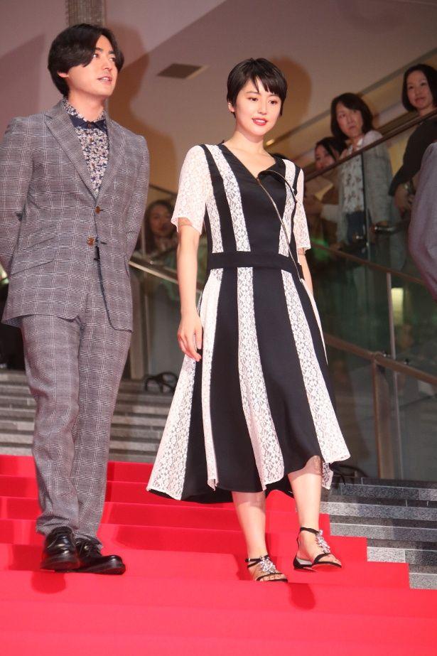 【写真を見る】山田孝之と長澤まさみが仲良くレッドカーペットを歩いた