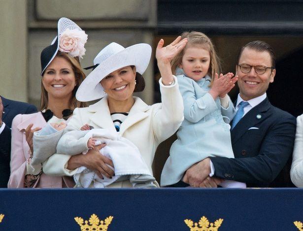2016年、生まれたばかりのオスカル王子を抱っこするヴィクトリア皇太子